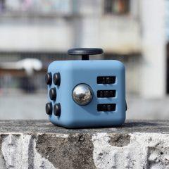 Cubo antiestrés, auriculares Bluetooth deportivos y un cable con forma de pulsera en CNDirect